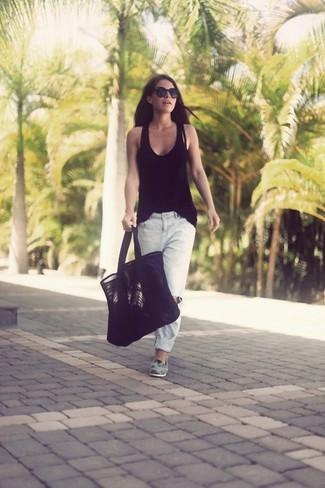 Как и с чем носить: черная майка, белые рваные джинсы-бойфренды, серые замшевые лоферы, черная замшевая большая сумка