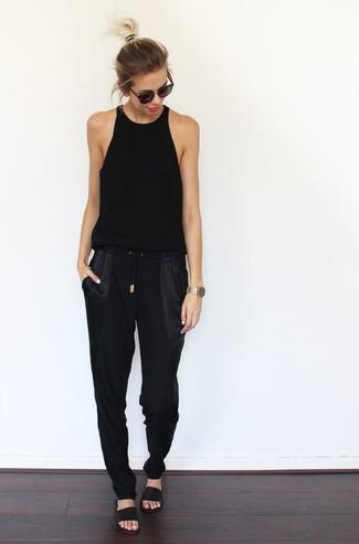 bda371b0 Как и с чем носить: черная майка, черные спортивные штаны, черные кожаные  сандалии