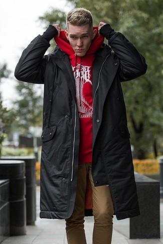 Красный худи с принтом: с чем носить и как сочетать мужчине: Красный худи с принтом и светло-коричневые брюки чинос — must have вещи в арсенале джентльменов с превосходным вкусом в одежде.