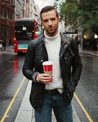 Как и с чем носить: черная полевая куртка, белый вязаный свитер, синие джинсы, черный кожаный ремень