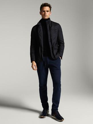 Мужские луки: Образ из черной полевой куртки и темно-синих брюк чинос смотрится круто и нескучно. Закончив ансамбль темно-синими кроссовками, ты привнесешь в него немного беззаботства.