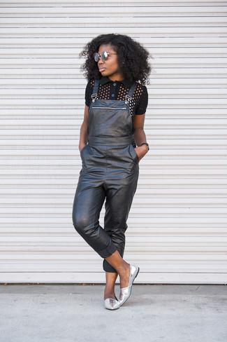 Как и с чем носить: черная рубашка поло, черные кожаные штаны-комбинезон, серебряные кожаные лоферы, серые солнцезащитные очки