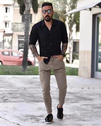 Как и с чем носить: черная рубашка с длинным рукавом, бежевые зауженные джинсы, черные кожаные низкие кеды, серебряные солнцезащитные очки