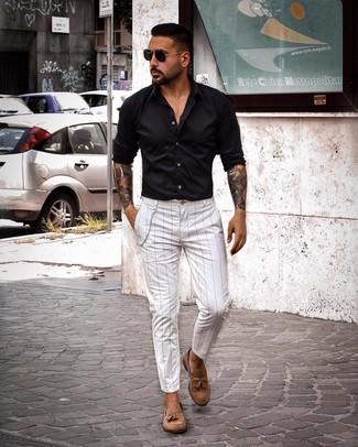 Как и с чем носить: черная рубашка с длинным рукавом, белые брюки чинос в вертикальную полоску, коричневые замшевые лоферы с кисточками, черные солнцезащитные очки