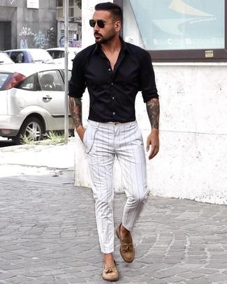 Как и с чем носить: черная рубашка с длинным рукавом, белые брюки чинос в вертикальную полоску, светло-коричневые замшевые лоферы с кисточками, черные солнцезащитные очки