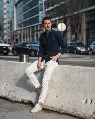 Как и с чем носить: черная рубашка с длинным рукавом, белые джинсы, белые кожаные низкие кеды