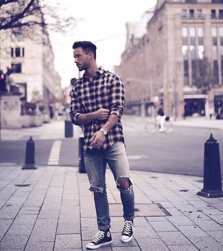 Как и с чем носить: черная рубашка с длинным рукавом в шотландскую клетку, серые рваные джинсы, черно-белые высокие кеды из плотной ткани, белые кожаные часы