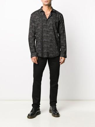 Как и с чем носить: черная рубашка с длинным рукавом с принтом, черные брюки чинос, черные кожаные повседневные ботинки