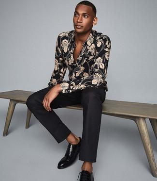 Как и с чем носить: черная рубашка с длинным рукавом с цветочным принтом, черные классические брюки, черные кожаные туфли дерби