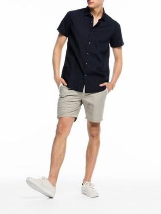 Как и с чем носить: черная рубашка с коротким рукавом, бежевые шорты, бежевые плимсоллы