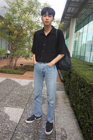 Черно-белые низкие кеды из плотной ткани: с чем носить и как сочетать мужчине: Черная рубашка с коротким рукавом и голубые джинсы — must have вещи в арсенале модного современного молодого человека. Вкупе с этим образом органично выглядят черно-белые низкие кеды из плотной ткани.