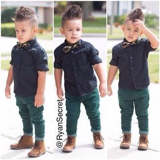 Как и с чем носить: черная рубашка с коротким рукавом, зеленые джинсы, светло-коричневые ботинки, темно-зеленый галстук-бабочка