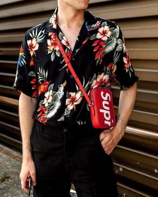 Как и с чем носить: черная рубашка с коротким рукавом с цветочным принтом, черные джинсы, красная сумка на шею