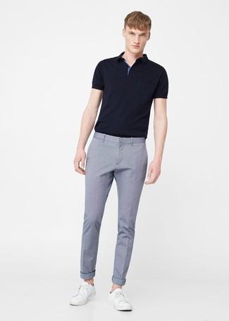 Как и с чем носить: черная футболка-поло, голубые классические брюки, белые кожаные низкие кеды