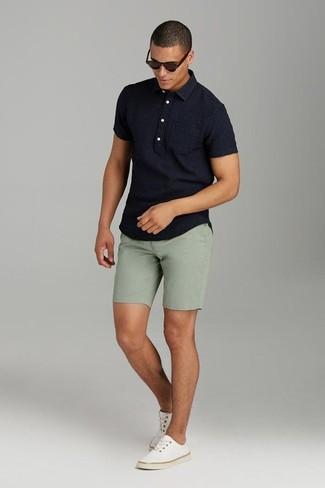 Как и с чем носить: черная футболка-поло, оливковые шорты, бежевые низкие кеды из плотной ткани, темно-коричневые солнцезащитные очки