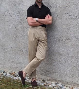 С чем носить черную футболку-поло мужчине: Создав образ из черной футболки-поло и светло-коричневых классических брюк, можно получить великолепный мужской образ для неофициальных мероприятий после работы. Хочешь сделать лук немного строже? Тогда в качестве обуви к этому луку, обрати внимание на темно-коричневые замшевые лоферы.