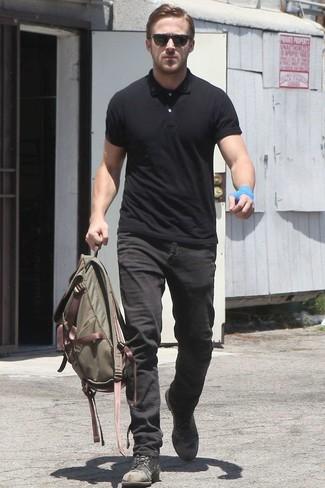 Как Ryan Gosling носит Черная футболка-поло, Черные джинсы, Черные кожаные повседневные ботинки, Оливковый рюкзак из плотной ткани
