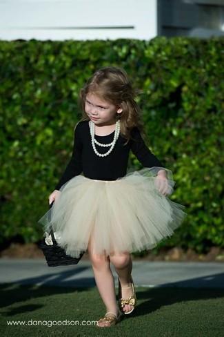 Как и с чем носить: черная футболка с длинным рукавом, бежевая юбка из фатина, золотые босоножки