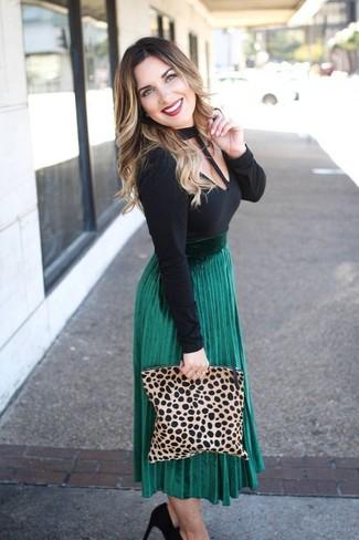 Как и с чем носить: черная футболка с длинным рукавом с вырезом, зеленая юбка-миди со складками, черные замшевые туфли, светло-коричневый замшевый клатч с леопардовым принтом