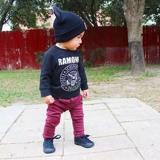 Как и с чем носить: черная футболка с длинным рукавом с принтом, пурпурные джинсы, черные кеды, черная шапка