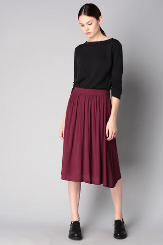 С чем носит темно красную юбку