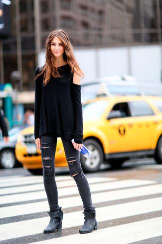 Как и с чем носить: черная футболка с длинным рукавом, темно-серые рваные джинсы скинни, черные кожаные ботильоны