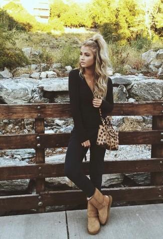 Как и с чем носить: черная футболка с длинным рукавом, черные узкие брюки, светло-коричневые угги, светло-коричневая кожаная сумка через плечо с леопардовым принтом
