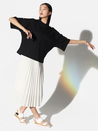 Как и с чем носить: черная футболка с круглым вырезом, белая юбка-миди со складками, белые кожаные сандалии на плоской подошве