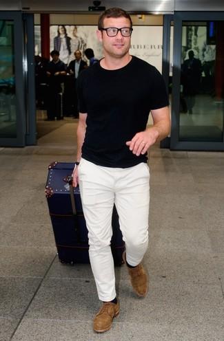 Как Dermot O'Leary носит Черная футболка с круглым вырезом, Белые брюки чинос, Коричневые замшевые туфли дерби, Черные носки