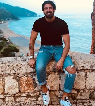 Как и с чем носить: черная футболка с круглым вырезом, синие рваные джинсы, белые кожаные низкие кеды, серебряные часы