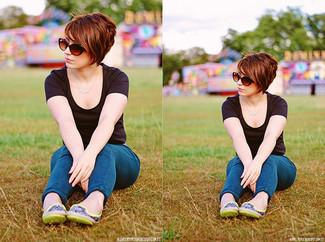 Как и с чем носить: черная футболка с круглым вырезом, синие джинсы скинни, зелено-желтые кожаные балетки, коричневые солнцезащитные очки