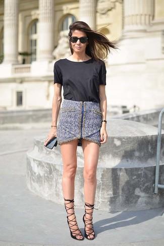 Женские луки: Если ты делаешь ставку на удобство и практичность, черная футболка с круглым вырезом и синяя твидовая мини-юбка — великолепный вариант для модного повседневного образа. Вкупе с этим луком отлично выглядят черные кожаные босоножки на каблуке.