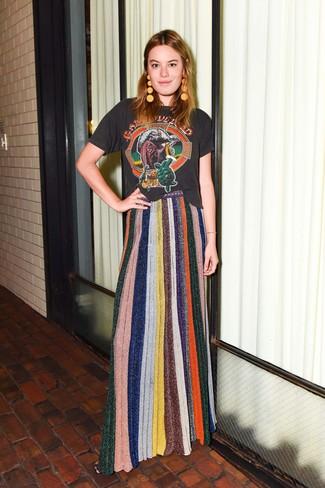 Как и с чем носить: черная футболка с круглым вырезом с принтом, разноцветная вязаная длинная юбка, оранжевые серьги