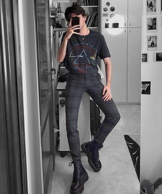 Мужские луки: Если в одежде ты ценишь удобство и практичность, черная футболка с круглым вырезом с принтом и черные брюки чинос в шотландскую клетку — хороший вариант для привлекательного повседневного мужского образа. Тебе нравятся дерзкие решения? Закончи свой образ черными кожаными рабочими ботинками.