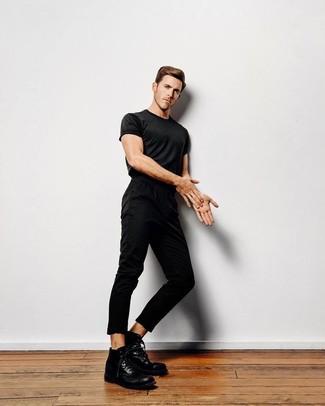 Как и с чем носить: черная футболка с круглым вырезом, черные брюки чинос, черные кожаные повседневные ботинки
