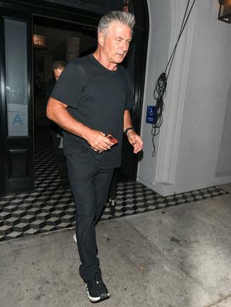 Как и с чем носить: черная футболка с круглым вырезом, черные брюки чинос, черные кроссовки