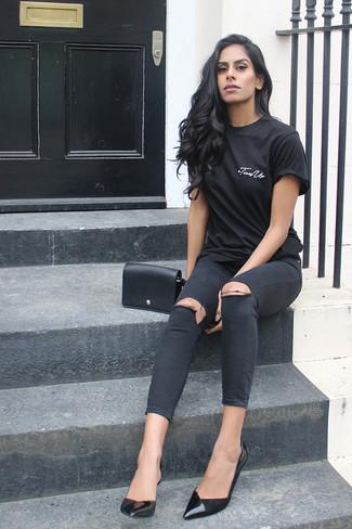 Как и с чем носить: черная футболка с круглым вырезом, черные рваные джинсы скинни, черные кожаные туфли, черная кожаная сумка через плечо