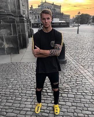 9d059cc8 Как и с чем носить: черная футболка с круглым вырезом, черные рваные  зауженные джинсы