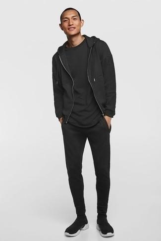 С чем носить черный спортивный костюм мужчине: Черный спортивный костюм и черная футболка с круглым вырезом — классное решение для парней, которые никогда не сидят на месте. Весьма недурно здесь смотрятся черно-белые кроссовки.