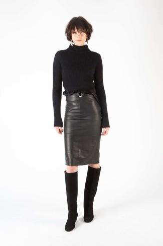 Как и с чем носить: черная шерстяная водолазка, черная кожаная юбка-карандаш, черные замшевые сапоги