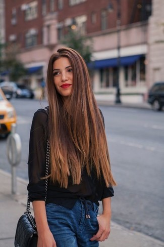 Как и с чем носить: черная шифоновая классическая рубашка, синие джинсы-бойфренды, черная кожаная стеганая сумка через плечо