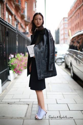 Как и с чем носить: черная кожаная шуба, черное платье-футляр, светло-фиолетовые кожаные сабо, бело-черный клатч в горошек