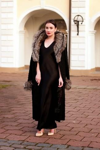Модный лук: Черная шуба, Черное шелковое вечернее платье, Бежевые кожаные туфли