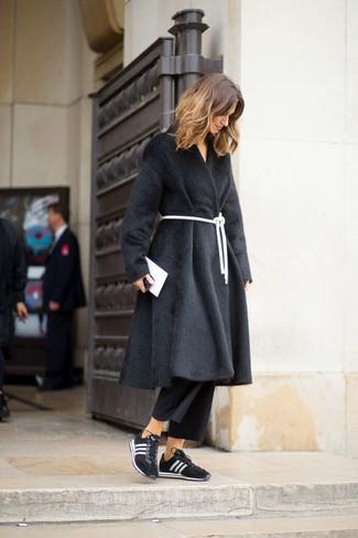 Как и с чем носить: черная шуба, черные брюки-кюлоты, черно-белые кроссовки, белый кожаный клатч