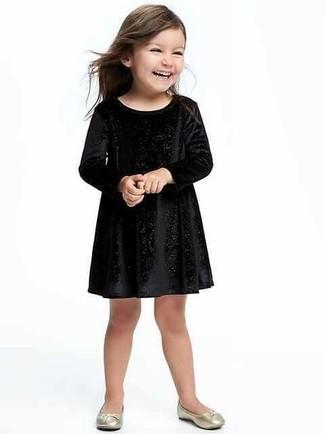 Как и с чем носить: черное бархатное платье, золотые балетки