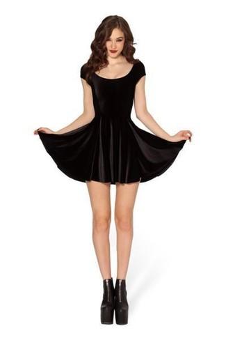Модный лук: Черное бархатное платье с плиссированной юбкой, Черные кожаные массивные ботильоны