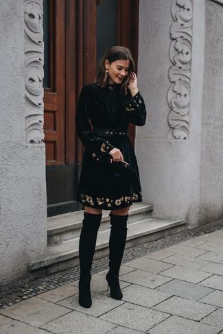 Как и с чем носить: черное бархатное платье с пышной юбкой с вышивкой, черные замшевые ботфорты, золотые серьги