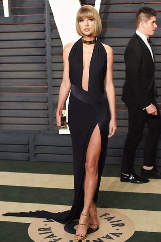 Как Taylor Swift носит Черное вечернее платье с разрезом, Золотые кожаные босоножки на каблуке, Золотой клатч, Золотое колье