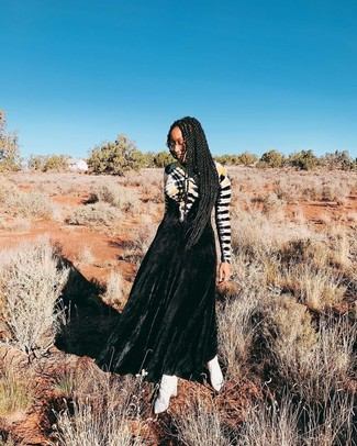 Как и с чем носить: черное вечернее платье c принтом тай-дай, белые кожаные ботильоны