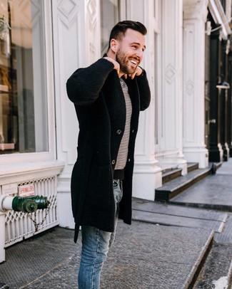 Как и с чем носить: черное длинное пальто, бело-черная футболка с круглым вырезом в горизонтальную полоску, синие зауженные джинсы